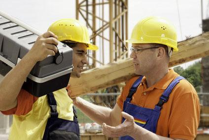 Zwei Arbeiter im Gespräch